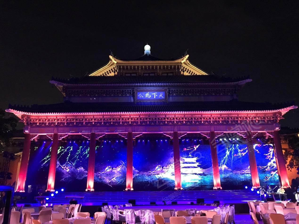 中山纪念堂动态:中山纪念堂广场,《财富》广州之夜。中外嘉宾在餐前酒会一边欣赏