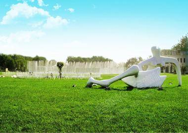 东侧草坪(湖畔背景)